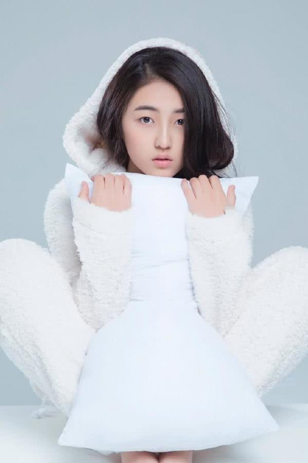 张子枫,2001年8月27日出生于河南省三门峡市,中国内地女演员,就读于北京电影学院。